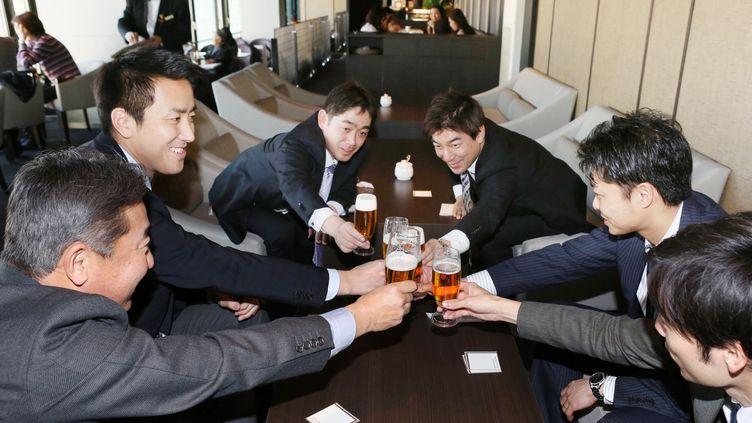 """Au Japon, des employés prennent un verre après avoir quitté le travail plus tôt, à l'occasion du """"Premium Friday"""" (SEI KOHAMA / YOMIURI)"""