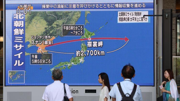 Un écran montre la trajectoire d'un missile nord-coréen au-dessus du Japon, à Kita Waed (Préfecture d'Osaka), au Japon, le 29 août 2017. (KEN SATOMI / YOMIURI)
