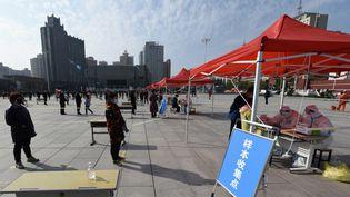 Des personnes font la queue pour recevoir un test au Covid-19, à Lanzhou (Chine), le 24 octobre 2021. (FAN PEISHEN / XINHUA / AFP)