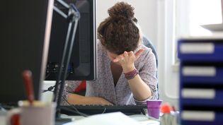 Une salariée atteinte de dépression et de déteresse psychologique. Photo d'illustration. (VANESSA MEYER / MAXPPP)