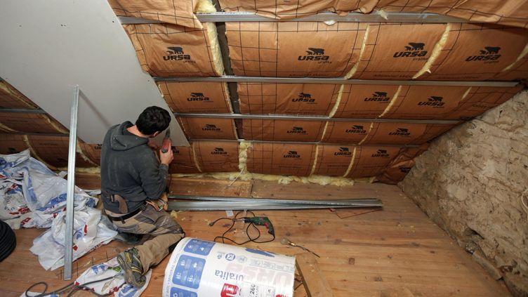 Un ouvrier isole le toit d'une maison. MaPrimeRénov' est une nouvelle aide à la rénovation énergétique.Photo d'illustration. (MAXPPP)