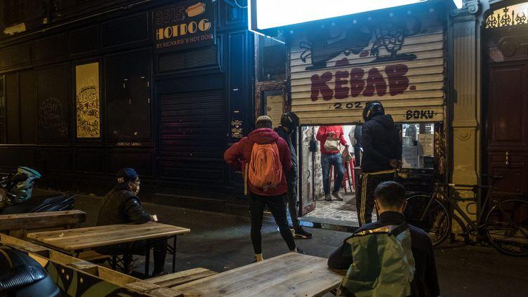 Des livreurs attendent leurs commandes devant un restaurant Kebab à Paris, le 22 octobre (photo d'illustration). (MICHAEL BUNEL / LE PICTORIUM / MAXPPP)