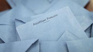Des enveloppes contenant des bulletins de vote photographiées dans un bureau de vote duPré-Saint-Gervais, près de Paris, lors du second tour des élections régionales, le 13 décembre 2015. (LOIC VENANCE / AFP)