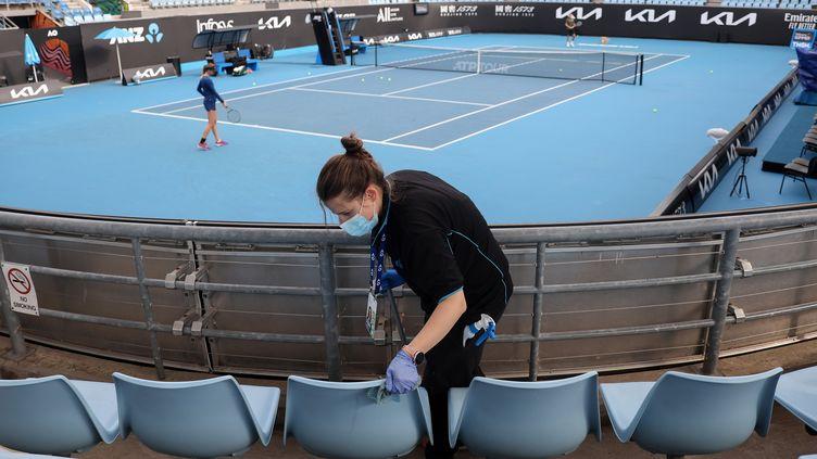 Le tennis a repris à Melbourne pendant que les sièges du stade sont désinfectés. (DAVID GRAY / AFP)