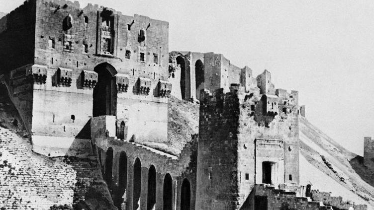 La citadelle d'Alep, photographiée ici en 1930, remonte au 13e siècle. Son entrée monumentale, que l'on voit ici, a été construite par les Mamelouks au 16e. (AFP)