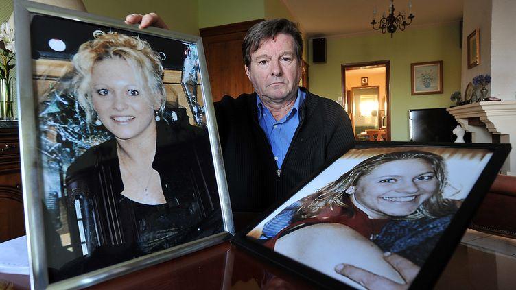 Jacky Kulik montre,le 6 janvier 2012 à Lille, des portraits de sa fille Elodie, tuée en 2002dans la Somme. (MAXPPP)