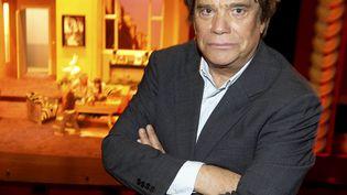 """Bernard Tapie pose le 26 avril 2012 au théâtre Comédia, à Paris, où il joue dans la pièce""""Les montagnes russes"""". ( / MAXPPP)"""