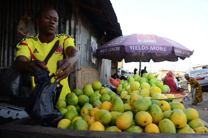 Même les produits alimentaires les moins onéreux n'échappent pas à la hausse des prix en période de ramadan, comme sur ce marché au Nigeria. (OLUKAYODE JAIYEOLA / NURPHOTO)