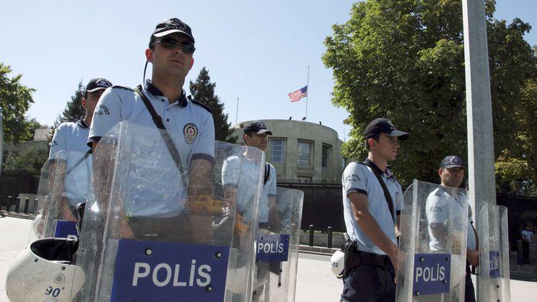 La police turque protège l'ambassade américaine à Ankara, dimanche 16 septembre 2012. (BURHAN OZBILICI / SIPA )