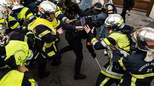Des affrontements éclatent entre les pompiers et la police, le 28 janvier 2020 dans les rues de Paris. (JEROME GILLES / NURPHOTO / AFP)