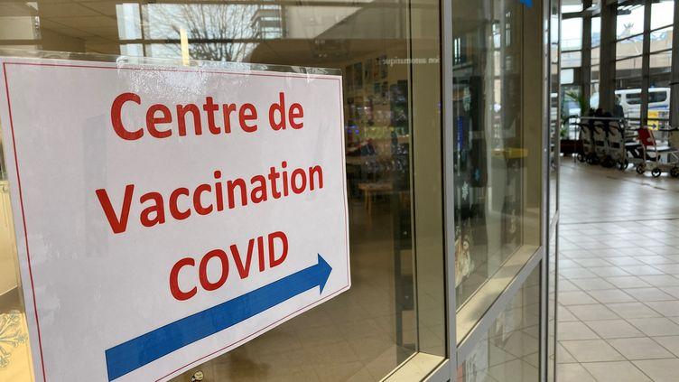 Début des vaccins contre le coronavirus à l'hôpital de Niort (Deux-Sèvres), le 7 janvier 2021. (NOÉMIE GUILLOTIN / RADIOFRANCE)