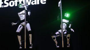 """Deux robots font une démonstration de """"pole dance"""" au CeBIT, le salon des nouvelles technologies de Hanovre (Allemagne), le 10 mars 2014. (WOLFGANG RATAY / REUTERS)"""