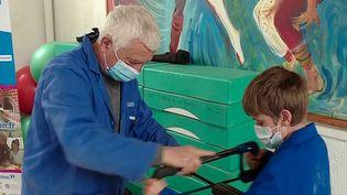 L'outil en main est un réseau de retraités qui donnent de leur temps pour initier les jeunes aux métiers manuels. Apprendre à coudre, à souder, à faire des dérivations électriques : tout est possible dans les 200 ateliers de l'association, partout en France. (France 2)
