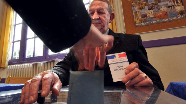 Un électeur vote aux élections municipales à Caen (Calvados), le 16 mars 2008. (MYCHELE DANIAU / AFP PHOTO)
