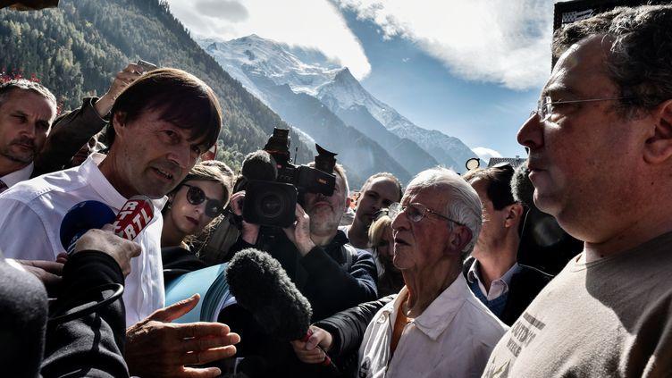 Nicolas Hulot s'adresse aux manifestants à son arrivée à Chamonix (Haute-Savoie),le 29 septembre 2017. (JEFF PACHOUD / AFP)