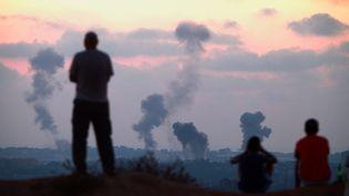 De la fumée au-dessus de la bande de Gaza après un raid aérien israélien, le 8 juillet 2014. (OMER MESSINGER / NURPHOTO / AFP)
