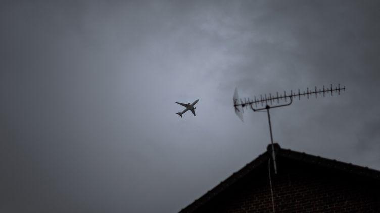 Un avion survole des habitations àGoussainville (Val-d'Oise), le 15 décembre 2017. (ARTHUR NICHOLAS ORCHARD / HANS LUCAS / AFP)