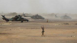 Un hélicoptère français,dans la région du Gourma, au Mali, le 27 mars 2019. (DAPHNE BENOIT / AFP)