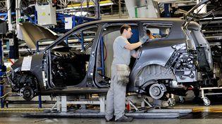Un ouvrier sur une chaîne de montaged'une usine Renault à Douai (Nord), le 23 mai 2013. (PHILIPPE HUGUEN / AFP)