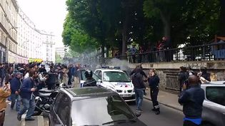 Des contre-manifestants incendient une voiture de police, quai de Valmy, à Paris, mercredi 18 mai 2016. (FRANCETV INFO)