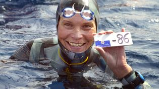 La Russe Natalia Molchanova montre la preuve de sa descente à 86 mètres de profondeur en apnée le 3 septembre 2005 à Villefranche-sur-Mer (Alpes-Maritimes), lors du premier championnat du monde d'apnée. (JACQUES MUNCH / AFP)