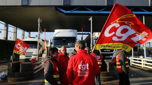 Des syndicalistes bloquent le passage des camions sur le pont de Normandie, au Havre (Seine-Maritime), le 25 mai 2016. (CHARLY TRIBALLEAU / AFP)