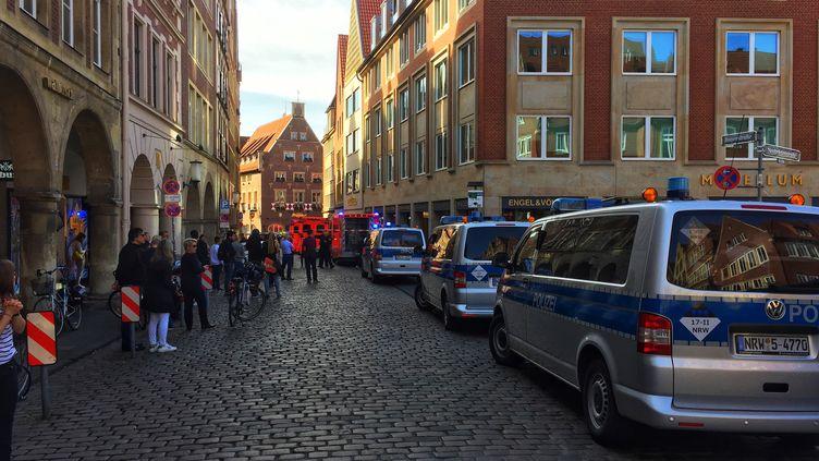Des pompiers et des policiers sur les lieux du drame, le 7 avril 2018 à Münster (Allemagne). (DPA / AFP)