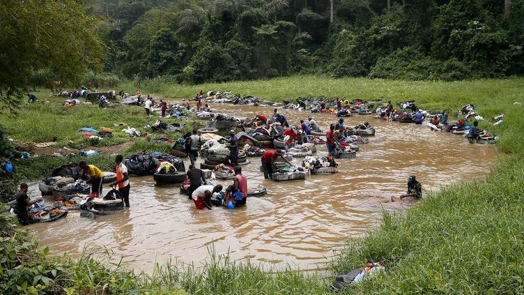 Les fanicos, lavandiers d'Abidjan, travaillent au beau milieu de la rivière Banco. (MAHMUT SERDAR ALAKUS / ANADOLU AGENCY)