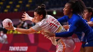 Les Bleues se sont inclinées face aux Espagnoles lors du deuxième match de phase de groupes du tournoi olympique à Tokyo, le 27 juillet 2021. (MARTIN BERNETTI / AFP)