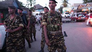 La police patrouille à Hell-Ville, à Madagascar, le 4 octobre, après le lynchage la veille de trois hommes. (RIJASOLO / AFP)