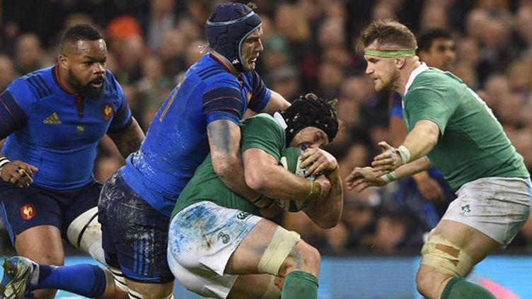 Le 3e ligne français Bernard Le Roux face à l'Irlandais Sean O'Brien (FRANCK FIFE / AFP)