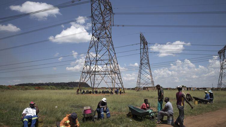 Chômeurs à Masakhane (nord-est de l'Afrique du Sud) le 5 février 2015. (MARCO LONGARI / AFP)