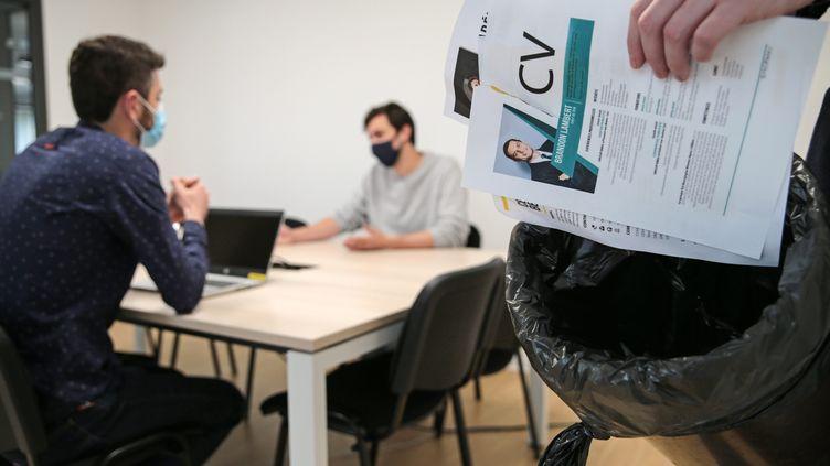 Un entretien d'embauche. Photo d'illustration. (LIONEL LE SAUX / MAXPPP)