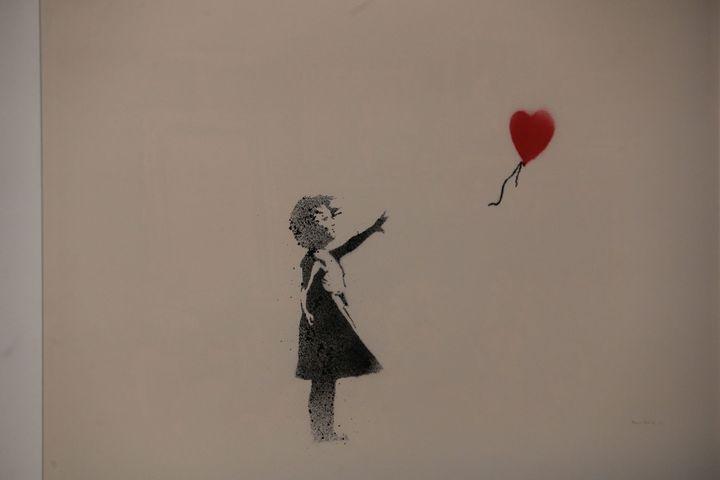 L'oeuvre de Banksy Girl With Balloon lors de l'exposition non autorisée Building Castles in the Sky à Bâle. (PHOTOPQR/L'ALSACE/MAXPPP)