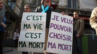Des personnes manifestent à Paris pour la légalisation de l'aide active à mourir, le 24 mars 2012. (MAXPPP)