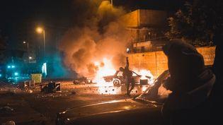 Une voiture brûle, à Tripoli au Liban, en marge de manifestations contre les restrictions sanitaires liées à l'épidémie de Covid-19, le 27 janvier 2021. (BENJAMIN GUILLOT-MOUEIX / HANS LUCAS / AFP)