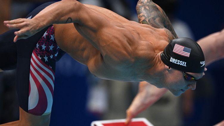 Caeleb Dressel a gagné sa première médaille d'or lors du relais 4x100m nage libre. (OLI SCARFF / AFP)