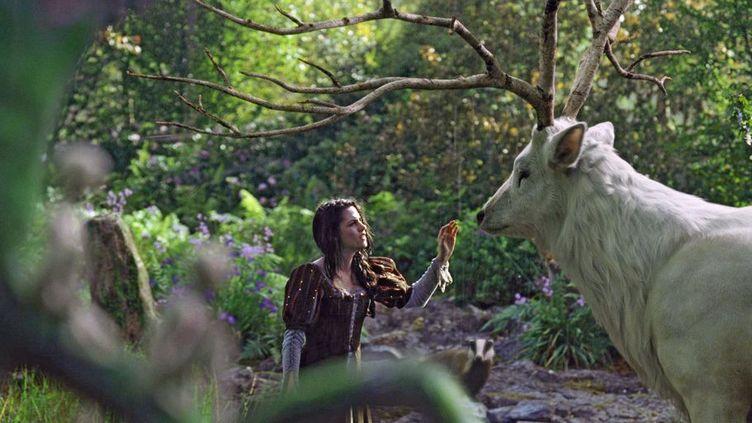 """Kristen Stewart et le Grand cerf blanc dans """"Blanche Neige et le chasseur"""" de Rupert Sanders  (Universal Pictures International France)"""