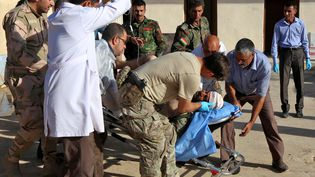 Un combattant peshmerga blessé le 20 octobre 2016 dans le village de Nawran, à une dizaine de kilomètres au nord-est de Mossoul (Irak) (SAFIN HAMED / AFP)