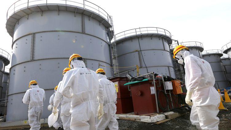 Des réservoirs où sont stockés de l'eau contaminée sur le site de la centrale accidentée de Fukushima (Japon), le 12 février 2014. (HIROTO SEKIGUCHI / YOMIURI / AFP)