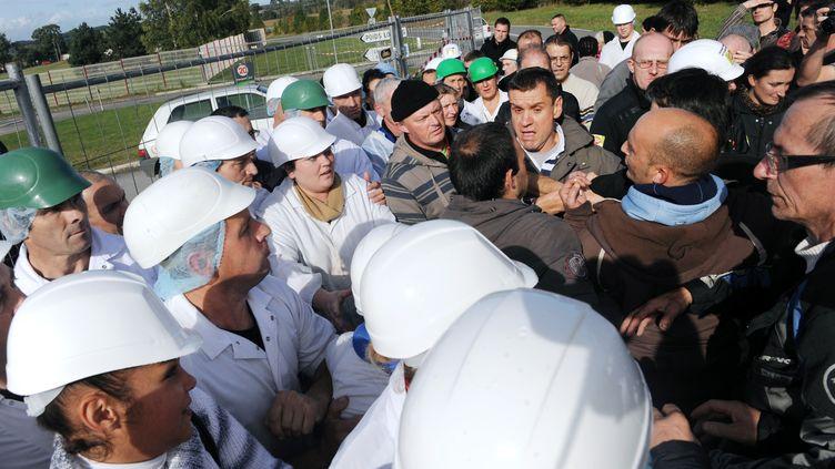 Les salariés de Gad à Lampaul-Guimiliau (Finistère) réclament de meilleures indemnités de licenciement, et empêchent toute sortie de production du site de Josselin (Morbihan), le 22 octobre 2013. (FRED TANNEAU / AFP)