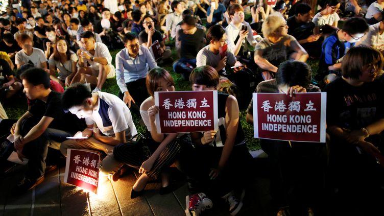 Des manifestants brandissent des affiches réclamant l'indépendance de Hong Kong, vendredi 5 août 2016. (TYRONE SIU / REUTERS)