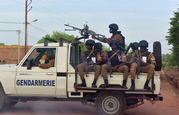 Une patrouille de gendarmerie dans les rues d'Ouhigouya au nord du Burkina Faso le 5 novembre 2018. (ISSOUF SANOGO / AFP)