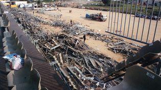 Tribune effondrée du stade Furiani, près de Bastia, le 6 mai 1992, au lendemain du drame. (ERIC CABANIS / AFP)