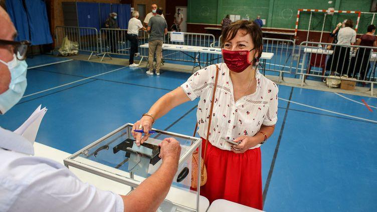 Carole Delga, la présidente socialiste d'Occitanie, lors de son vote au premier tour des élections régionales, le 20 juin 2021. (FRED SCHEIBER / AFP)