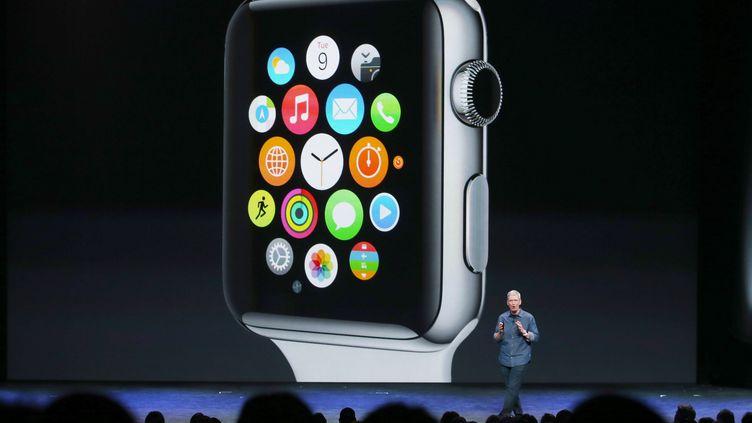 Le PDG d'Apple, Tim Cook, présente l'Apple Watch, la montre connectée du groupe, le 9 septembre 2014 à Cupertino (Californie). (JUSTIN SULLIVAN / GETTY IMAGES NORTH AMERICA / AFP)