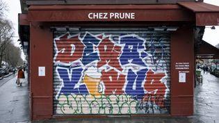 Un bar parisien fermé, le 19 décembre 2020 à Paris. (JEANNE FOURNEAU / HANS LUCAS / AFP)