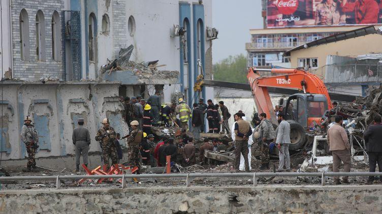 Les personnels de sécurité afghans surveillent les lieux de l'attentat qui a visé un bâtiment gouvernemental à Kaboul, en Afghanistan, mardi 19 avril 2016. (WALI SABAWOON / NURPHOTO / AFP)
