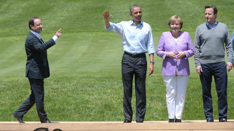 François Hollande lors de la photo finale du G8, aux côtés de Barack Obama, Angela Merkel, et David Cameron, le 19 mai 2012 à Camp David. (MANDEL NGAN / AFP)
