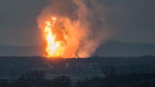 Une photo de l'explosion survenue dans un terminal gazier àBaumgartenen Autriche, le 12 décembre 2017. (TOMAS HULIK / AFP)